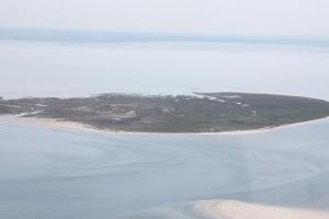 "Is it a sandbank or is it an island? Memmert from the air. ""Flug Juist 2010 PD 003"" von Bin im Garten - Eigenes Werk. Lizenziert unter CC BY-SA 3.0 über Wikimedia Commons"